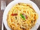 Рецепта Спагети със сос от аншоа и консервирани сушени домати